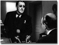 """L'attore Totò nei panni dello iettatore Rosario Chiarchiaro (film """"Questa è la vita"""", del 1954)"""